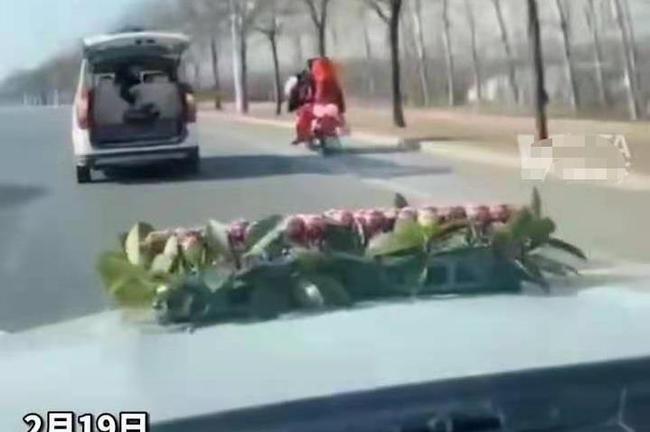 Cô dâu say xe, chú rể quyết định chạy xe máy hàng chục km đón dâu - hình ảnh 1