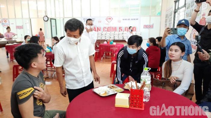 """Cận cảnh 30' phục vụ quán cơm, ông Đoàn Ngọc Hải được trả """"lương khủng"""" - hình ảnh 10"""