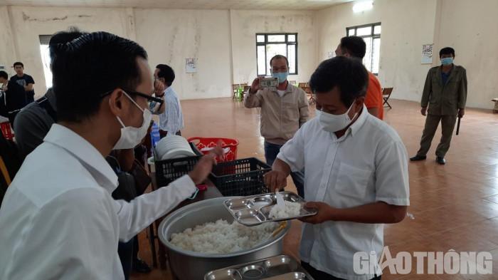 """Cận cảnh 30' phục vụ quán cơm, ông Đoàn Ngọc Hải được trả """"lương khủng"""" - hình ảnh 5"""