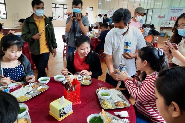 """Cận cảnh 30' phục vụ quán cơm, ông Đoàn Ngọc Hải được trả """"lương khủng"""" - hình ảnh 9"""