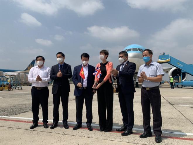 NÓNG: Lô vắc-xin ngừa Covid-19 đầu tiên về đến sân bay Tân Sơn Nhất - 3