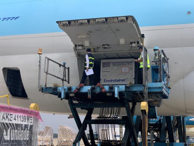 NÓNG: Lô vắc-xin ngừa Covid-19 đầu tiên về đến sân bay Tân Sơn Nhất - 4