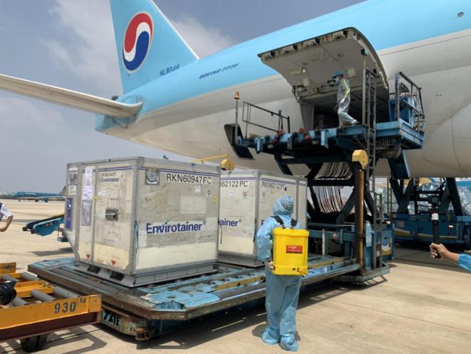 NÓNG: Lô vắc-xin ngừa Covid-19 đầu tiên về đến sân bay Tân Sơn Nhất - 5