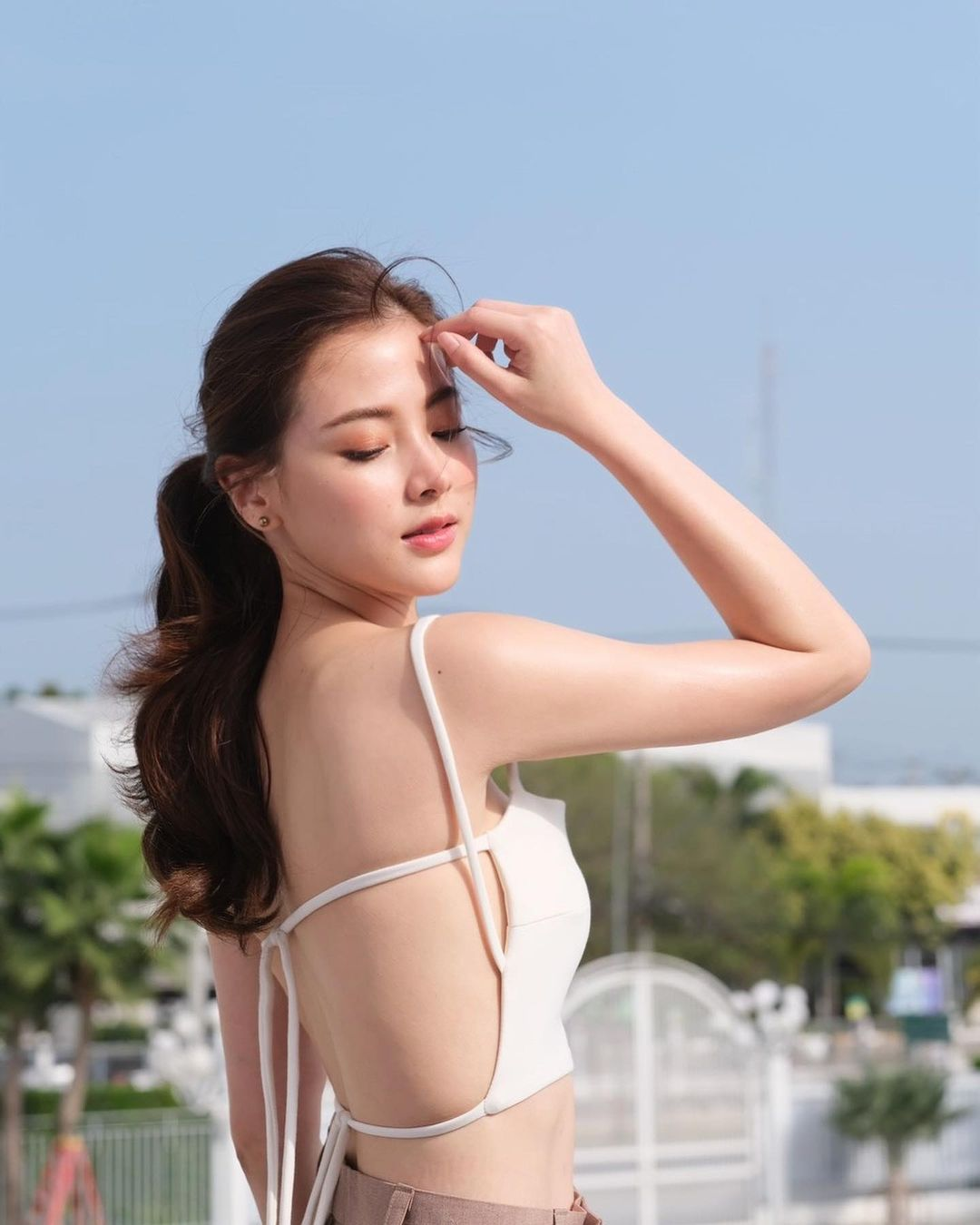 """""""Gái ngành xinh nhất Thái Lan"""" khoe trọn lưng trần với áo """"bánh tét"""" hút 800 nghìn like - hình ảnh 1"""