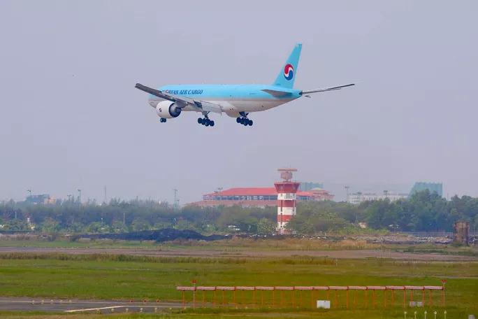 NÓNG: Lô vắc-xin ngừa Covid-19 đầu tiên về đến sân bay Tân Sơn Nhất - 1