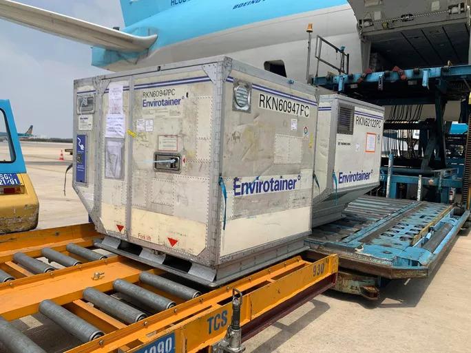 NÓNG: Lô vắc-xin ngừa Covid-19 đầu tiên về đến sân bay Tân Sơn Nhất - 6