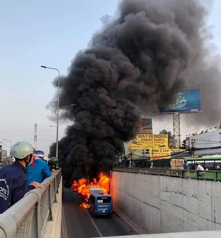 TP.HCM: Xe buýt bốc cháy dữ dội trong hầm chui An Sương - hình ảnh 2