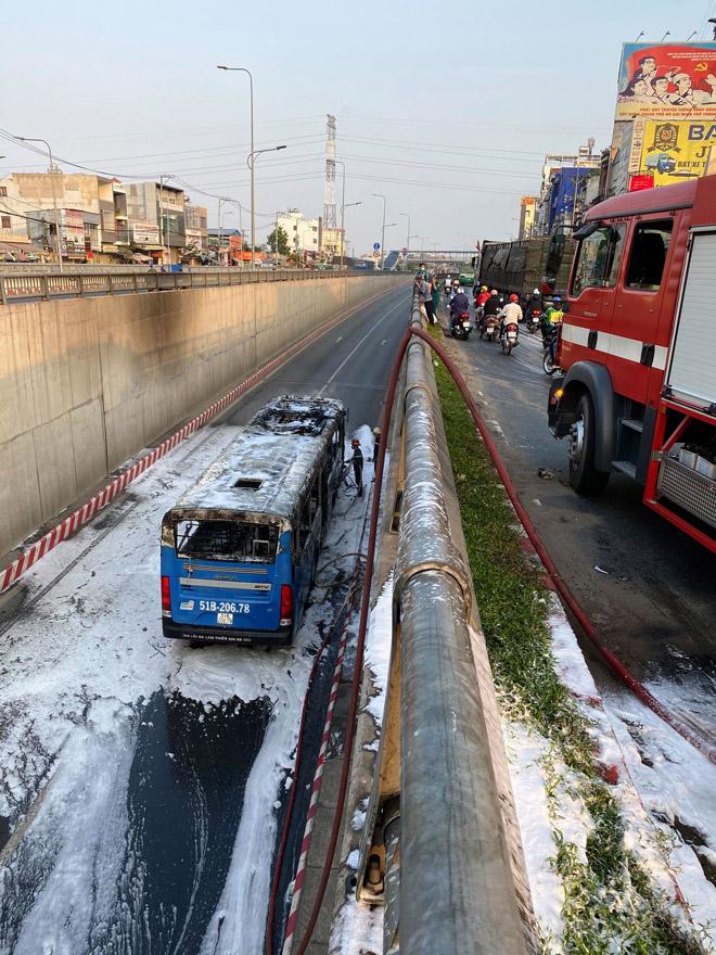 TP.HCM: Xe buýt bốc cháy dữ dội trong hầm chui An Sương - hình ảnh 3