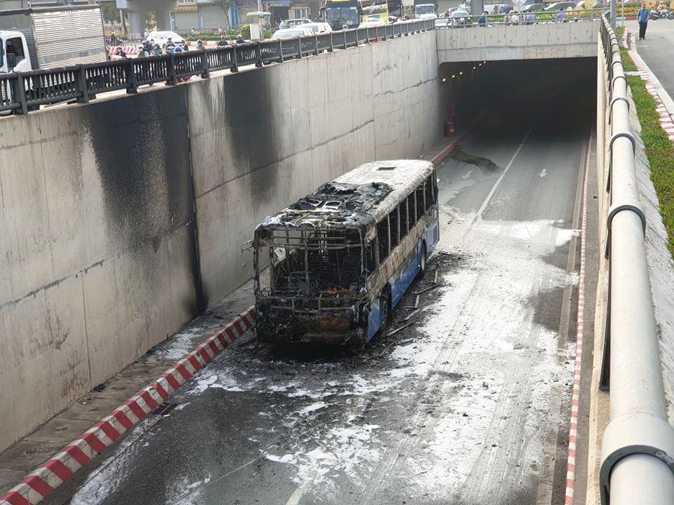 TP.HCM: Xe buýt bốc cháy dữ dội trong hầm chui An Sương - hình ảnh 4