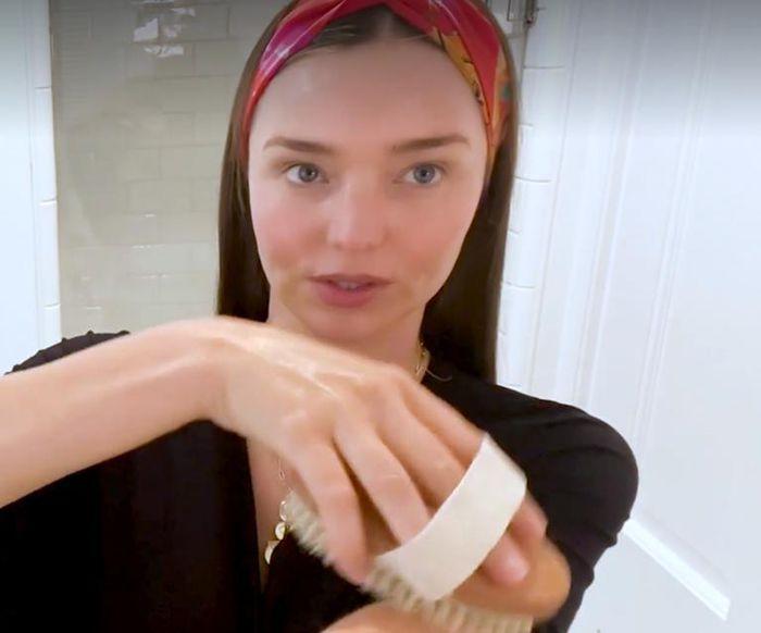 Trào lưu chải khô cơ thể giống Miranda Kerr: Chải tới đâu da mịn tới đó - hình ảnh 3