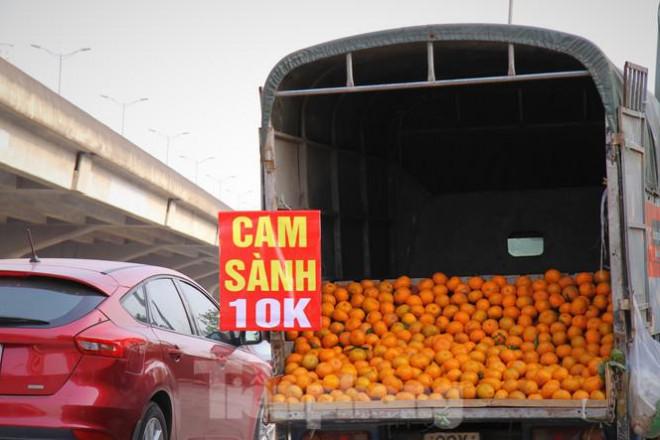 Hoa quả giá rẻ không rõ nguồn gốc bán trên phố Hà Nội vẫn hút khách - 3