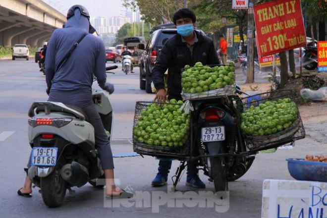 Hoa quả giá rẻ không rõ nguồn gốc bán trên phố Hà Nội vẫn hút khách - 2