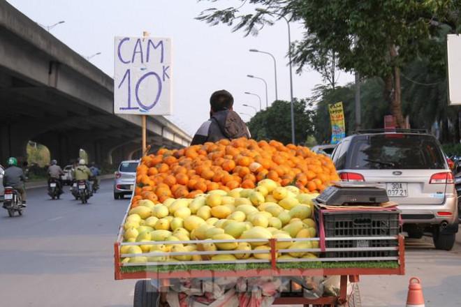 Hoa quả giá rẻ không rõ nguồn gốc bán trên phố Hà Nội vẫn hút khách - 1