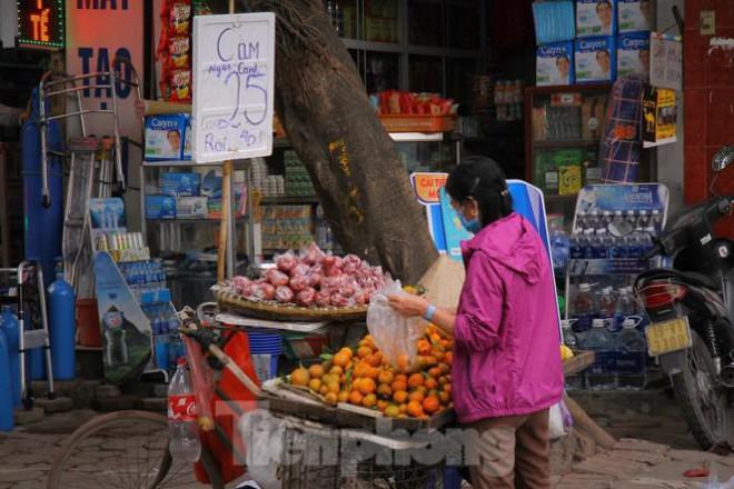 Hoa quả giá rẻ không rõ nguồn gốc bán trên phố Hà Nội vẫn hút khách - 9