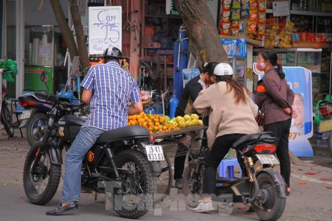 Hoa quả giá rẻ không rõ nguồn gốc bán trên phố Hà Nội vẫn hút khách - 10