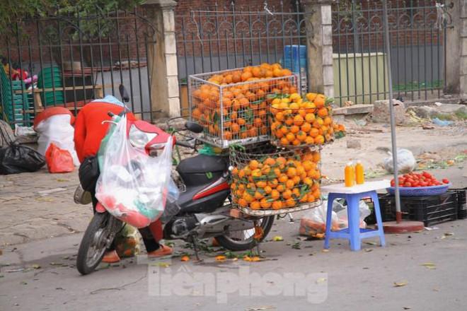 Hoa quả giá rẻ không rõ nguồn gốc bán trên phố Hà Nội vẫn hút khách - 6