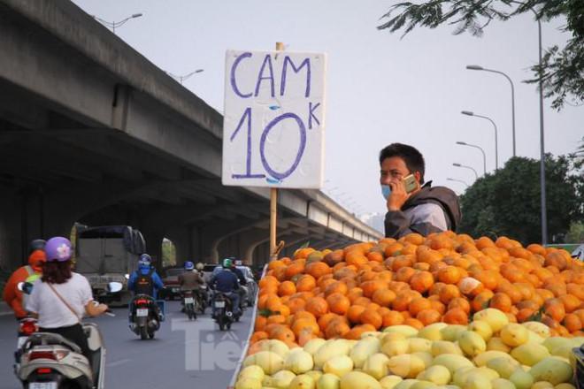 Hoa quả giá rẻ không rõ nguồn gốc bán trên phố Hà Nội vẫn hút khách - 7