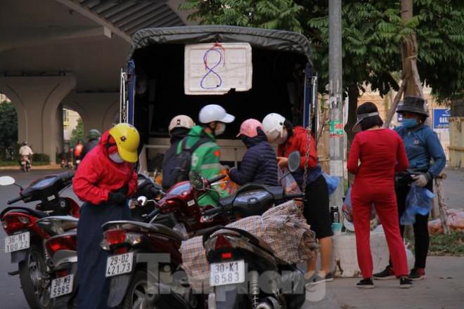Hoa quả giá rẻ không rõ nguồn gốc bán trên phố Hà Nội vẫn hút khách - 8