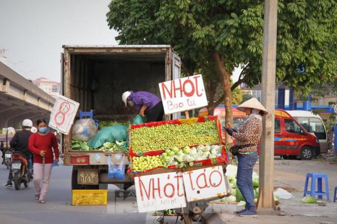 Hoa quả giá rẻ không rõ nguồn gốc bán trên phố Hà Nội vẫn hút khách - 4