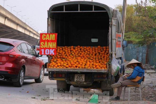 Hoa quả giá rẻ không rõ nguồn gốc bán trên phố Hà Nội vẫn hút khách - 15