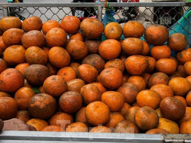 Hoa quả giá rẻ không rõ nguồn gốc bán trên phố Hà Nội vẫn hút khách - 13