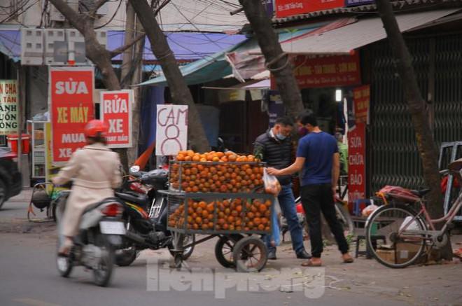 Hoa quả giá rẻ không rõ nguồn gốc bán trên phố Hà Nội vẫn hút khách - 14