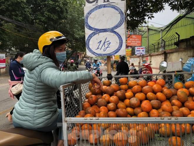 Hoa quả giá rẻ không rõ nguồn gốc bán trên phố Hà Nội vẫn hút khách - 11