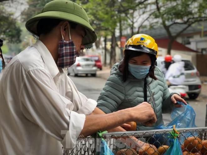 Hoa quả giá rẻ không rõ nguồn gốc bán trên phố Hà Nội vẫn hút khách - 12