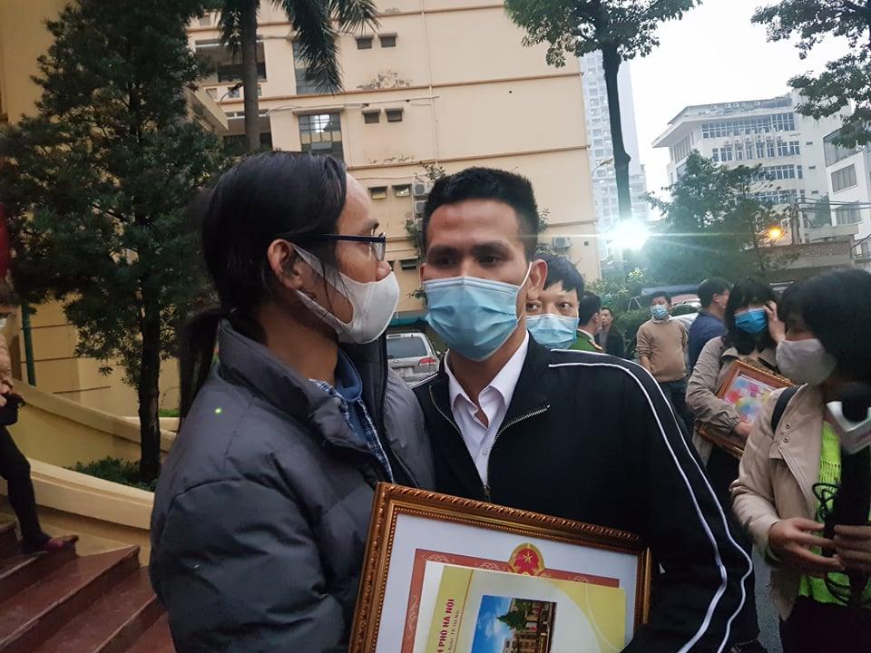 Hai người bố ôm nhau tại trụ sở Công an quận Thanh Xuân (Hà Nội).