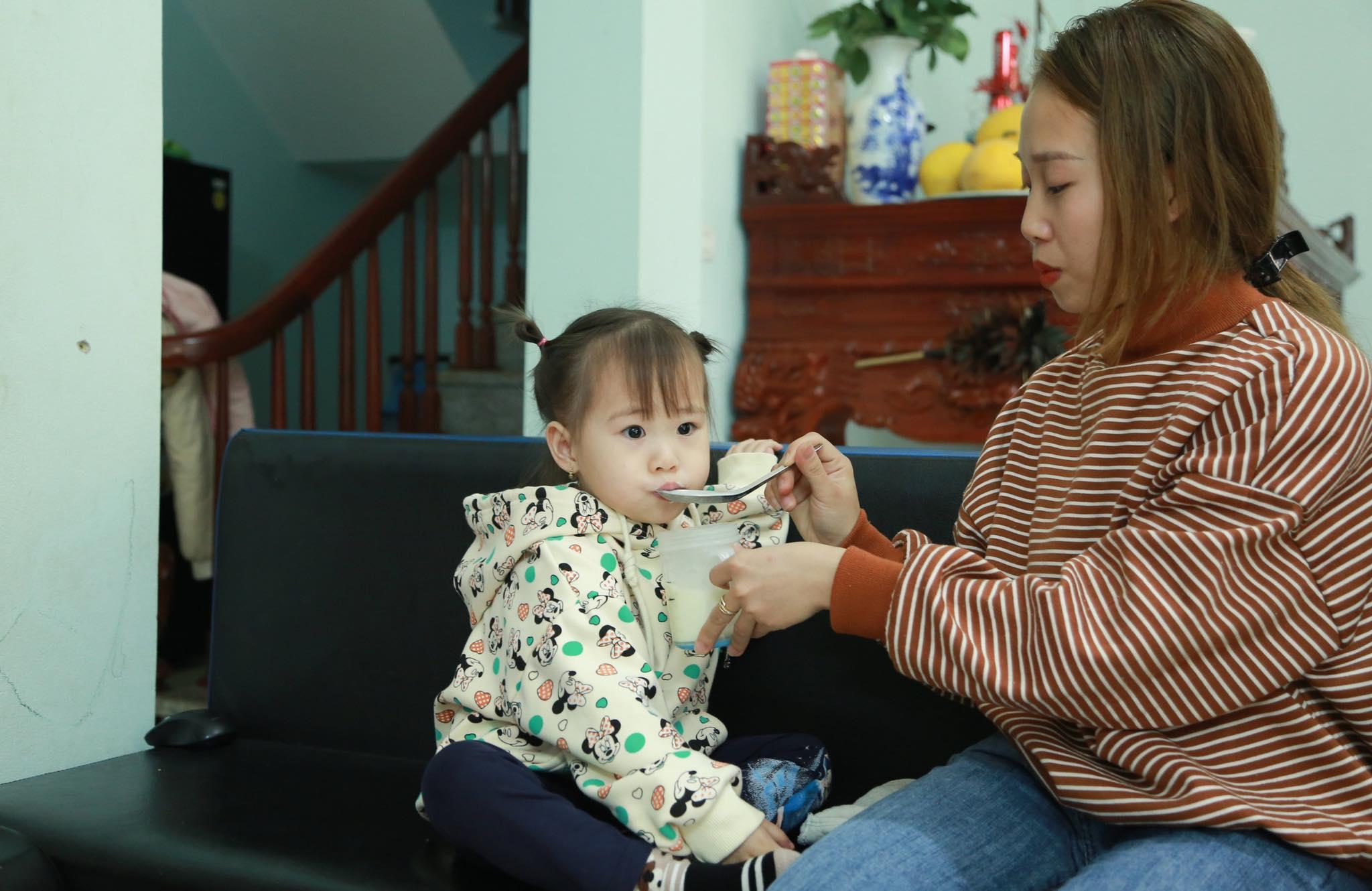 """Vợ tài xế cứu bé gái 3 tuổi: """"Chồng tôi nói, ai rơi vào hoàn cảnh đó đều làm như vậy"""" - 1"""
