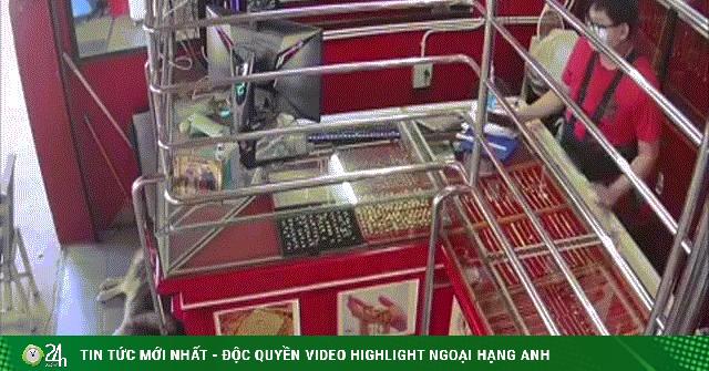 Video: Cảnh sát giả cướp tiệm kim hoàn và phản ứng của chú chó cưng khiến ai cũng bất ngờ