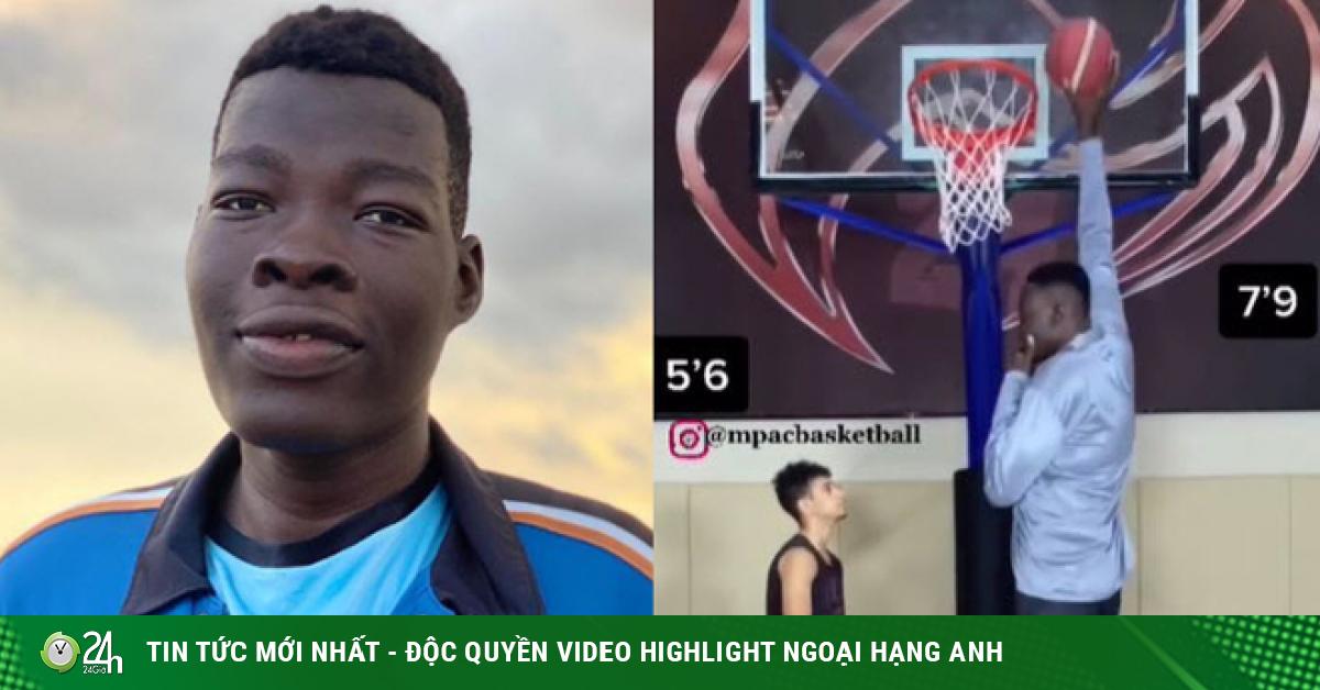 Cầu thủ 18 tuổi cao lừng lững 2m36 gây sốt bóng rổ, giơ tay có ngay điểm
