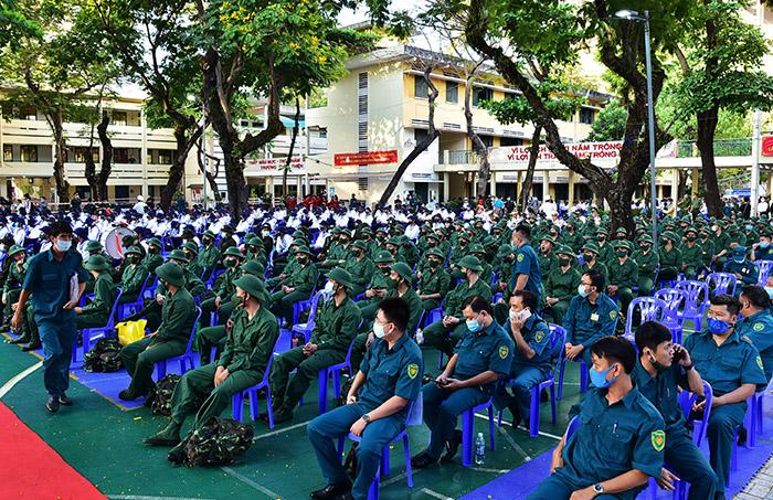 2 cô gái rạng rỡ giữa ngàn tân binh lên đường nhập ngũ - hình ảnh 1