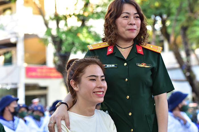 2 cô gái rạng rỡ giữa ngàn tân binh lên đường nhập ngũ - hình ảnh 7