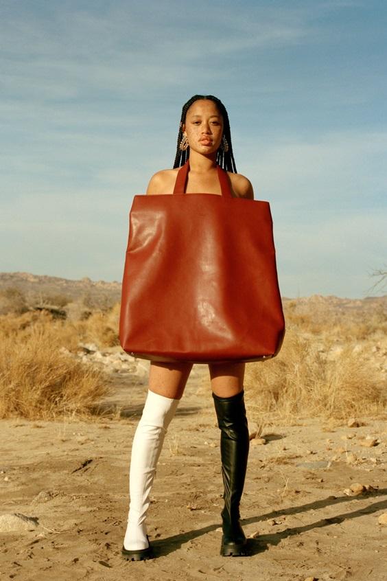 """Trend cũ lại mới: Túi xách """"khổng lồ"""" dường như muốn đựng cả thế giới - 1"""