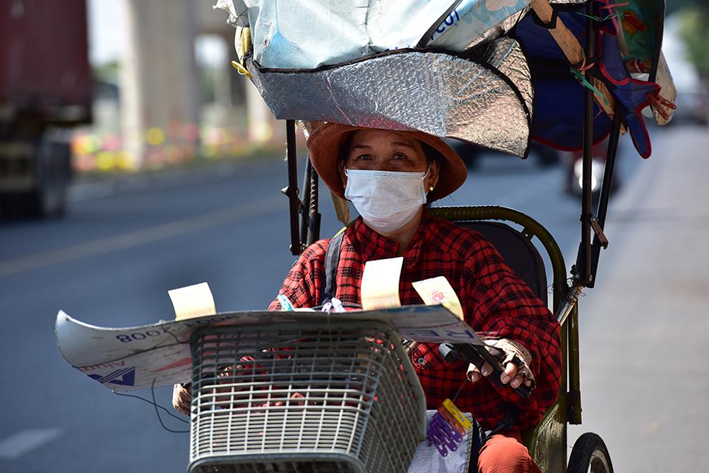 Người Sài Gòn vật vã dưới nắng nóng như thiêu đốt - 9