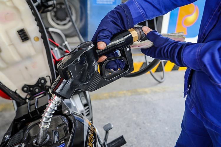 Giá xăng dầu tiếp tục tăng mạnh từ chiều nay 12/3/2021