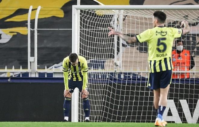 """Ozil gặp cơn ác mộng """"kép"""": Bỏ lỡ cơ hội khó tin, dính chấn thương nặng rời sân - 1"""