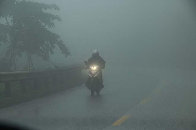 5 điều cần biết khi đi xe máy dưới trời mưa phùn, sương mù - 1