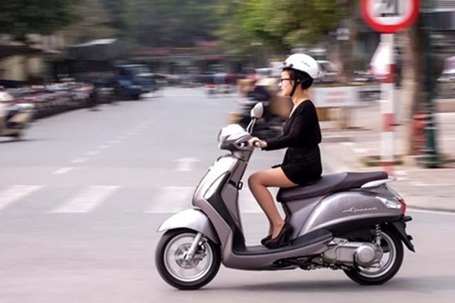 Đôi giày cao gót và những rắc rối khi đi xe máy