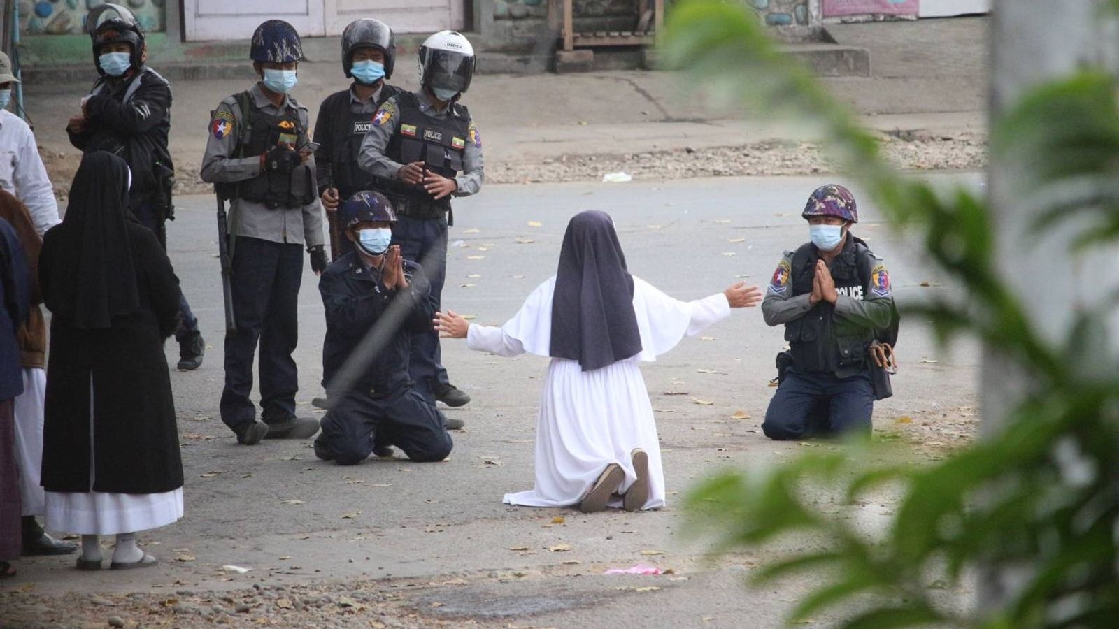 Bức ảnh bất ngờ trong biểu tình Myanmar: Cảnh sát quỳ gối - 1