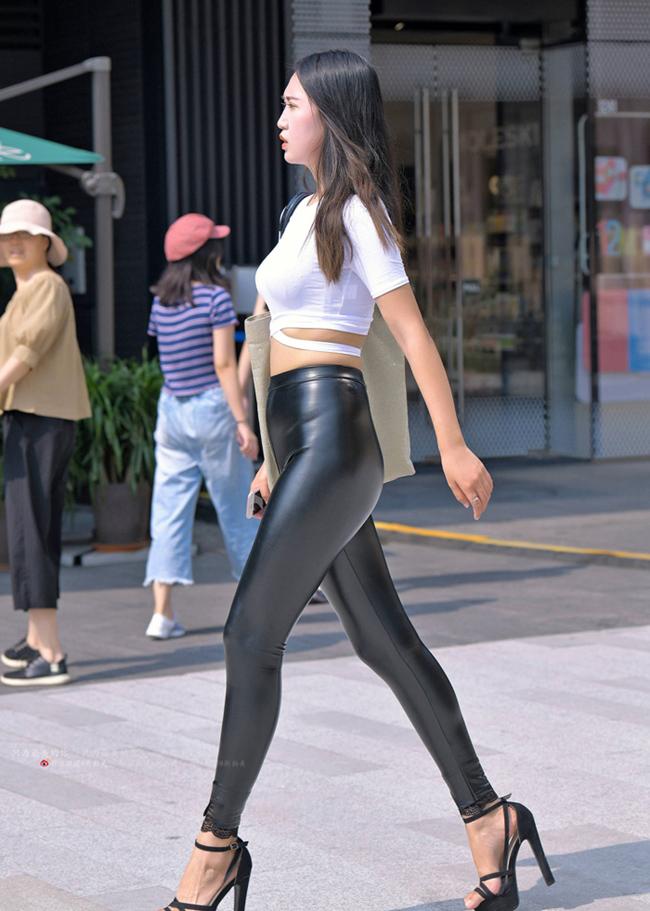 """Thảm họa quần bôi mỡ, mặc như không khiến khách trong quán cafe """"muốn dạt hết"""" - hình ảnh 4"""