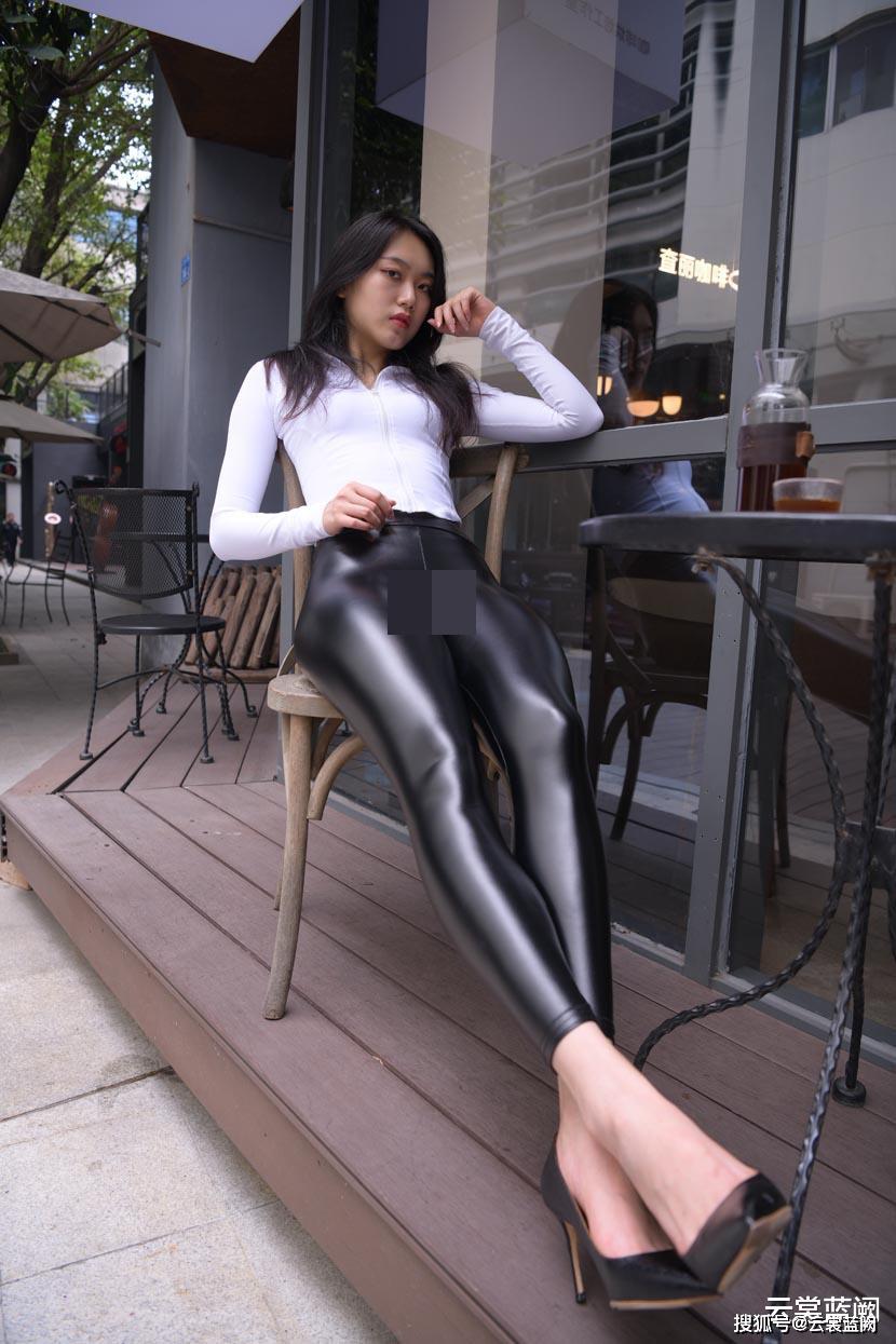 """Thảm họa quần bôi mỡ, mặc như không khiến khách trong quán cafe """"muốn dạt hết"""" - hình ảnh 2"""