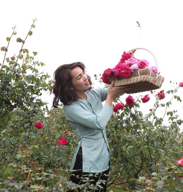 Xuất phát từ làn da xấu, cô gái đã làm ra nước hoa hồng để phục vụ bản thân và đem bán cho mọi người.