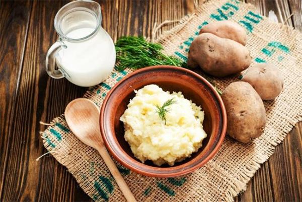 Cách làm và đắp mặt nạ khoai tây sữa tươi giúp da mịn màng trắng sáng