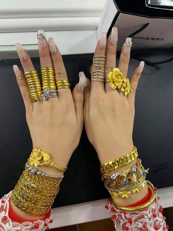 """Cô dâu Cà Mau đeo 20 cây vàng, của hồi môn còn """"khủng"""" hơn nhiều - 3"""