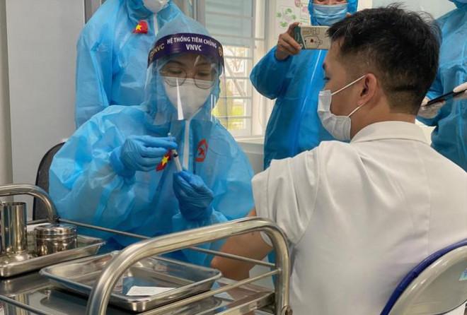Lý do chỉ chọn 6 người để tiêm thử vắc xin ngừa COVID-19 thứ 2 - 1