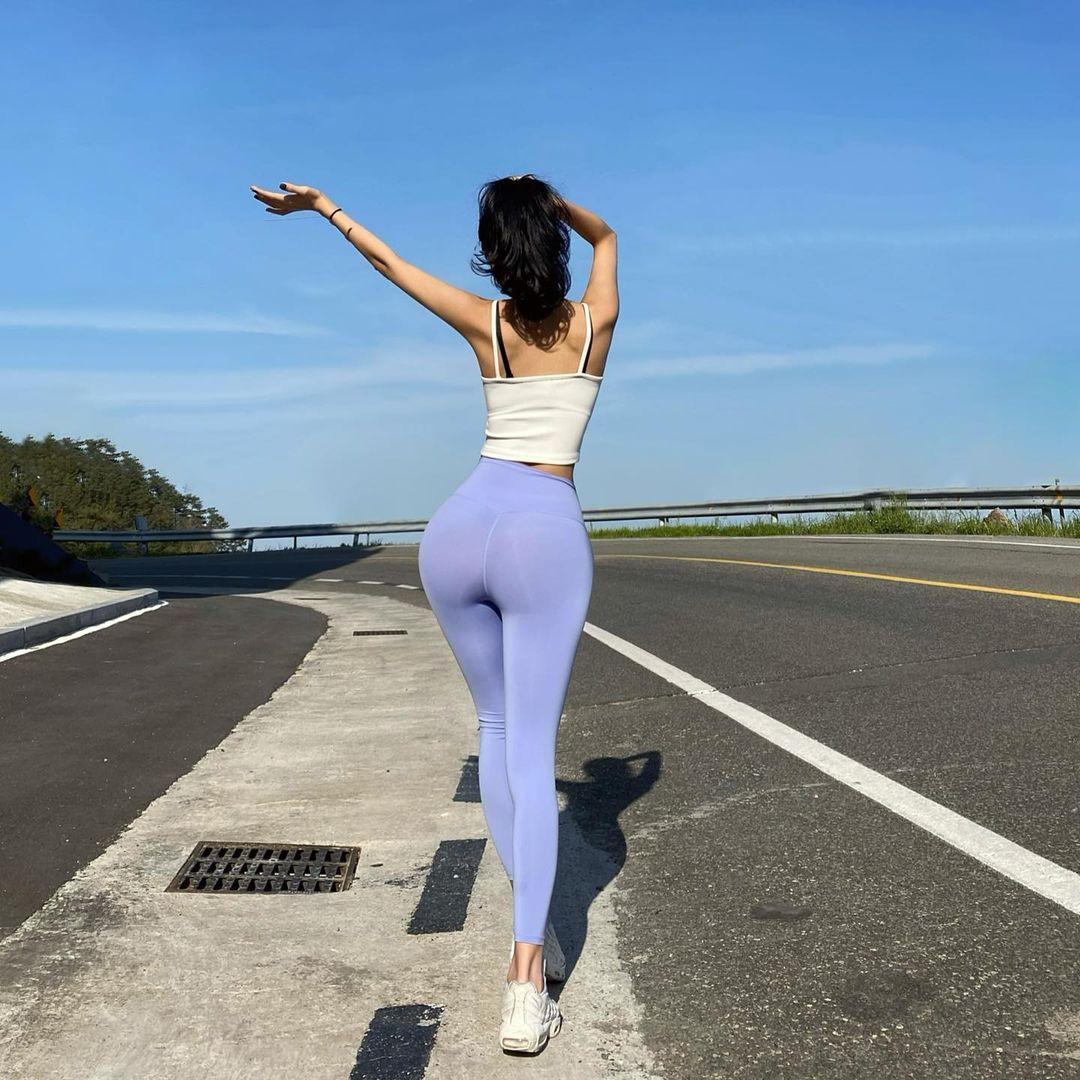 """Các chị đẹp Hàn Quốc thản nhiên ra đường với mốt quần bó chẽn bị liệt vào danh sách """"cấm"""" - hình ảnh 4"""