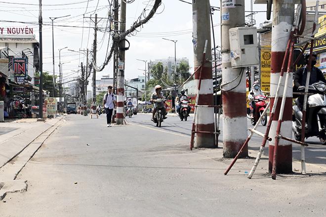 Hàng chục trụ điện đứng giữa đường, dân đi qua phải luồn lách như làm xiếc: Điện lực TP.HCM nói gì? - hình ảnh 1