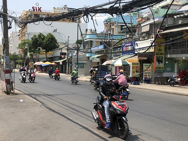 Hàng chục trụ điện đứng giữa đường, dân đi qua phải luồn lách như làm xiếc: Điện lực TP.HCM nói gì? - hình ảnh 3